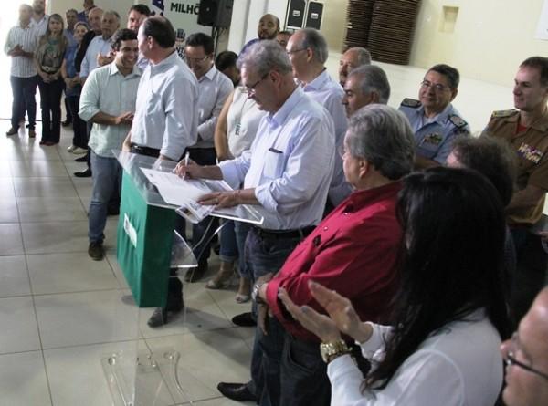 Fotos: Visitas às obras de pavimentação, drenagem, e tratamento de esgotos. Lançamento de obras e entrega de títulos de propriedade aos moradores do Che Roga Mi, no salão Paroquial São José.