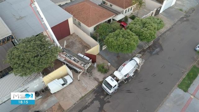 Caminhões carregados de concreto tapam túnel que levava ao cofre do Banco do Brasil, em Campo Grande. — Foto: Reprodução/TV Morena