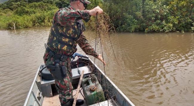 Policial retira de rio redes armadas por pescadores - Foto: Divulgação / PMA