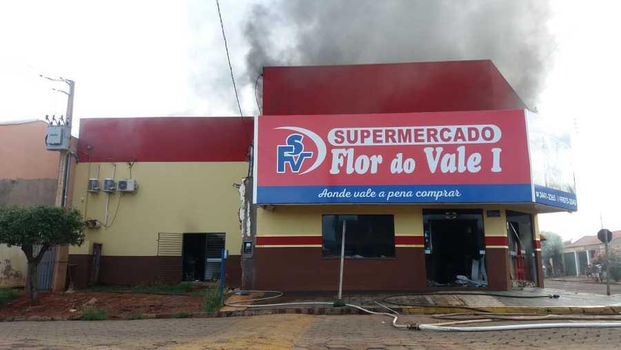 Fogo começou no forro do teto. (Márcio Rogério, Nova News)