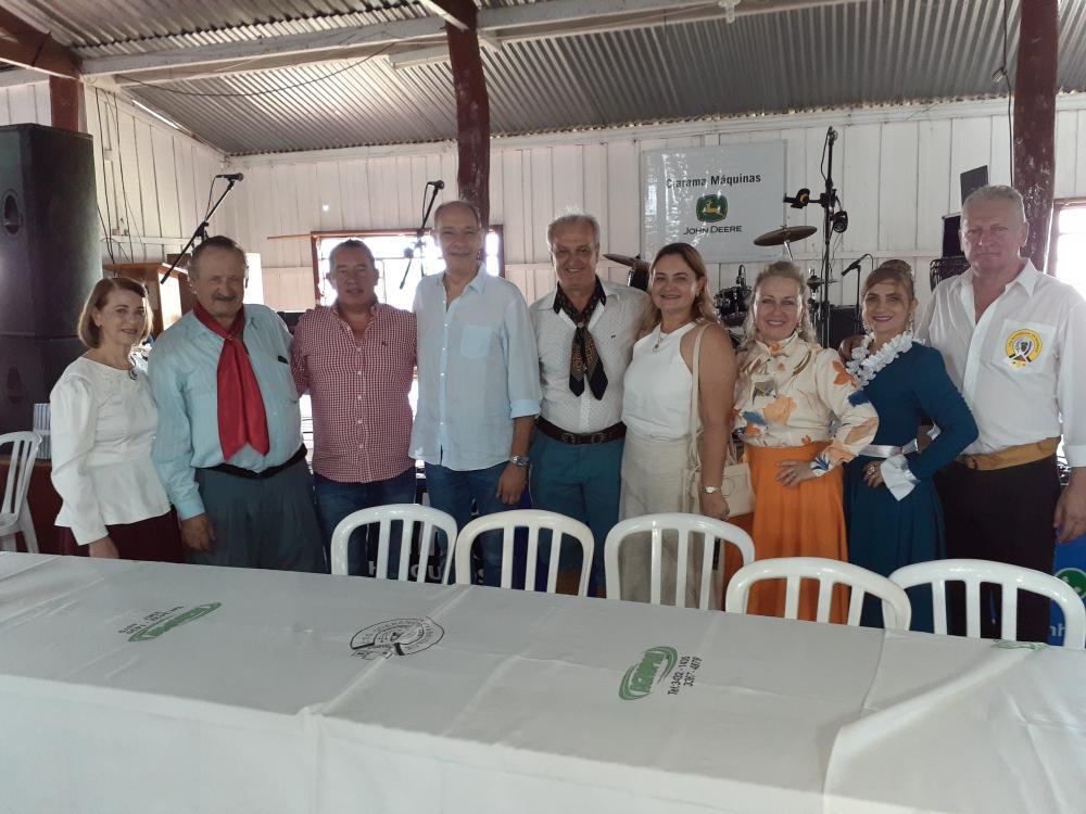 Prefeito Hélio Peluffo participou da troca de patronagem do CTG Querência da Saudade