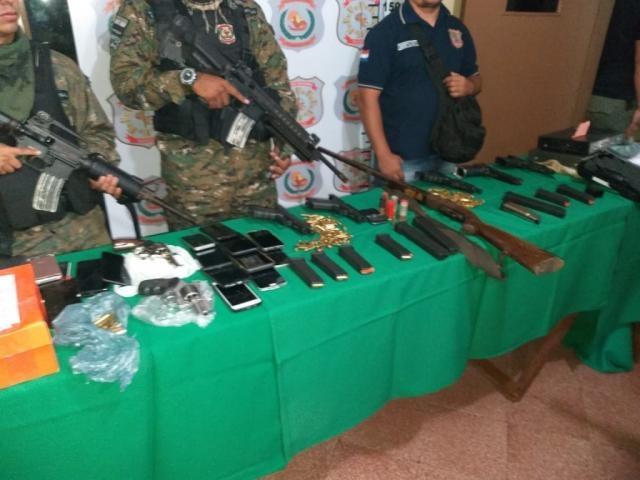 Policiais apresentam armas e munições apreendidas em operação nesta manhã em Pedro Juan Caballero (Foto: Rádio Império)