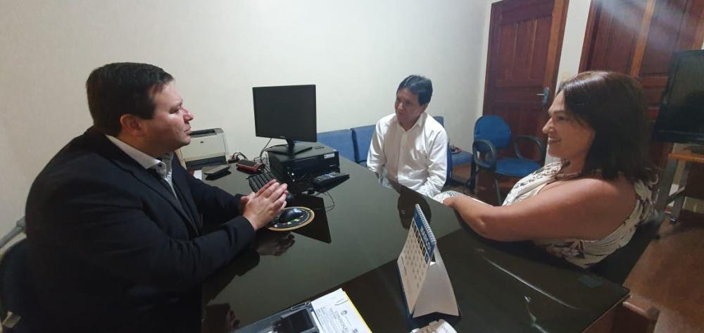 Prefeita Márcia Marques conversando com o delegado regional de Polícia Civil, Dr. Clemir Vieira Júnior.