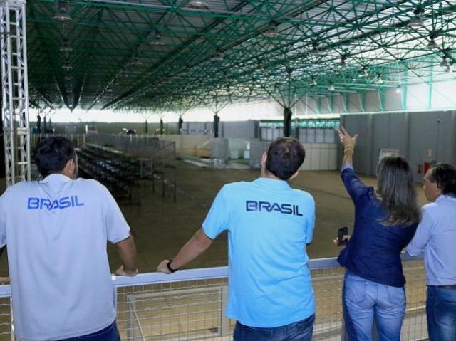 Integrantes do comitê durante visita a um dos espaços que podem vir a receber o evento, na Capital. (Foto: Divulgação)