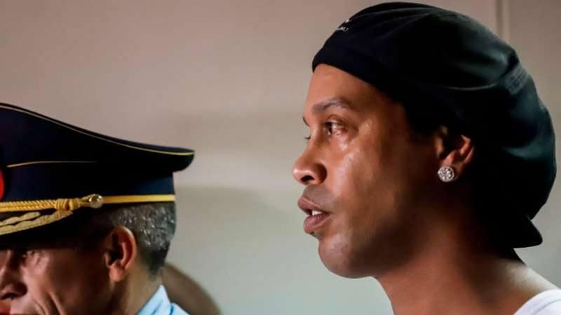 Ronaldinho Gaúcho durante chegada a tribunal para audiência no Paraguai ©EFE