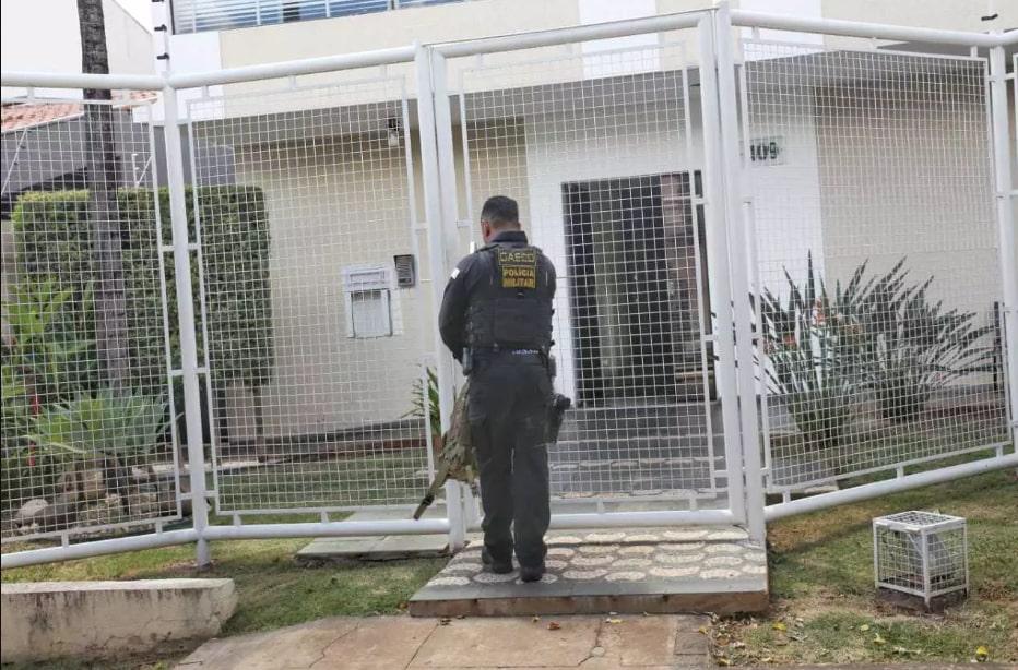 Policial do Gaeco em frente a sobrado onde funciona a empresa Pantanal Cap. (Foto: Paulo Francis)