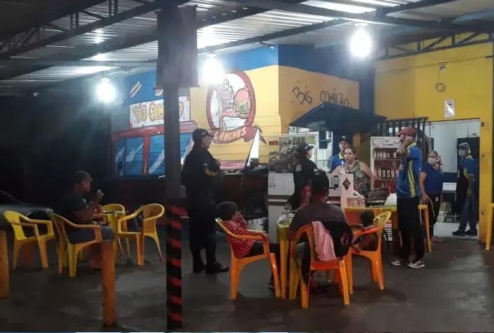 Funcionários de lanchonete na Avenida Capibaribe recebem orientações para suspender atividades (Foto: Divulgação/Guarda)