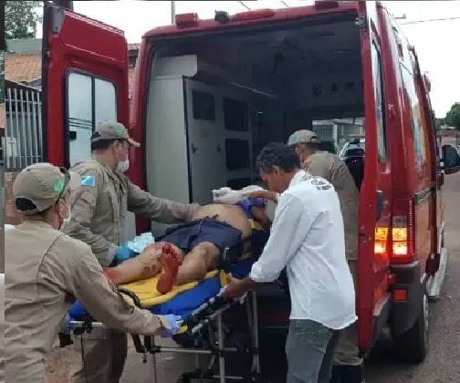 Vítima foi socorrido pelo Corpo de Bombeiros e encaminhado para o Hospital Regional Álvaro Fontoura com perfuração no pulmão e na mão (Foto: PC de Souza/Edição de Notícias) - CREDITO: CAMPO GRANDE NEWS