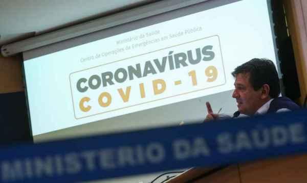 Mandetta, em coletiva sábado após reunião com staff de Bolsonaro: ministro descarta sair em meio à crise. (Foto: Marcello Casal Jr./Agência Brasil)