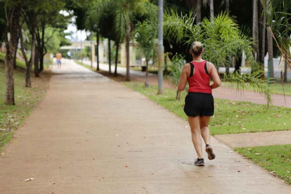 Pessoas mantém hábitos de atividades físicas, mesmo com parques fechados. (Foto: Leonardo de França)