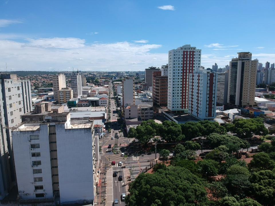 Imagem do alto do centro de Campo Grande nos primeiros dias de Pandemia onde movimento nas ruas já era baixo (Foto Marcos Ermínio/Midiamax)