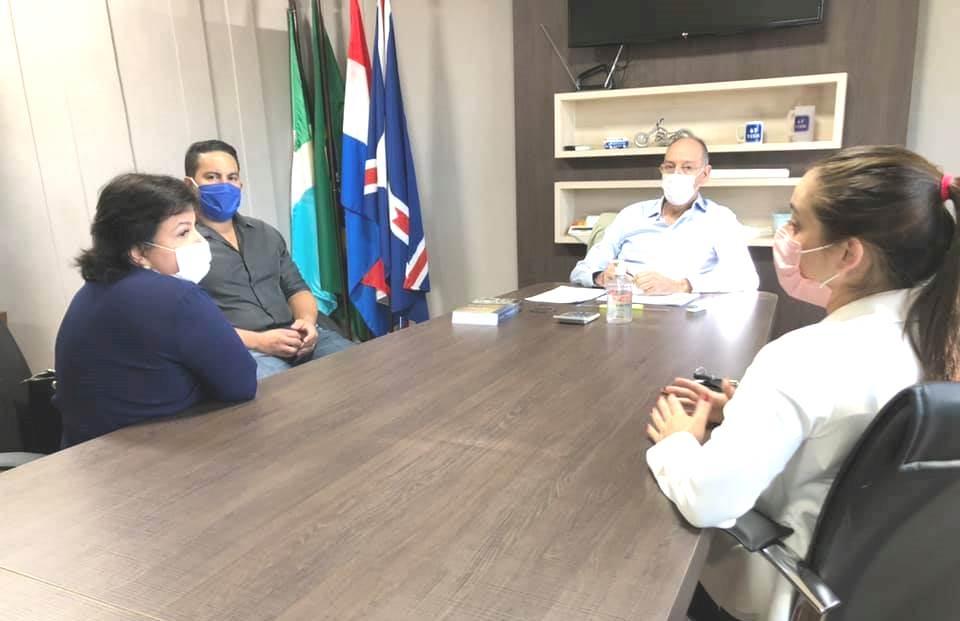 Prefeito Hélio Peluffo e secretário de Saúde, Patrick Derzi com técnicos