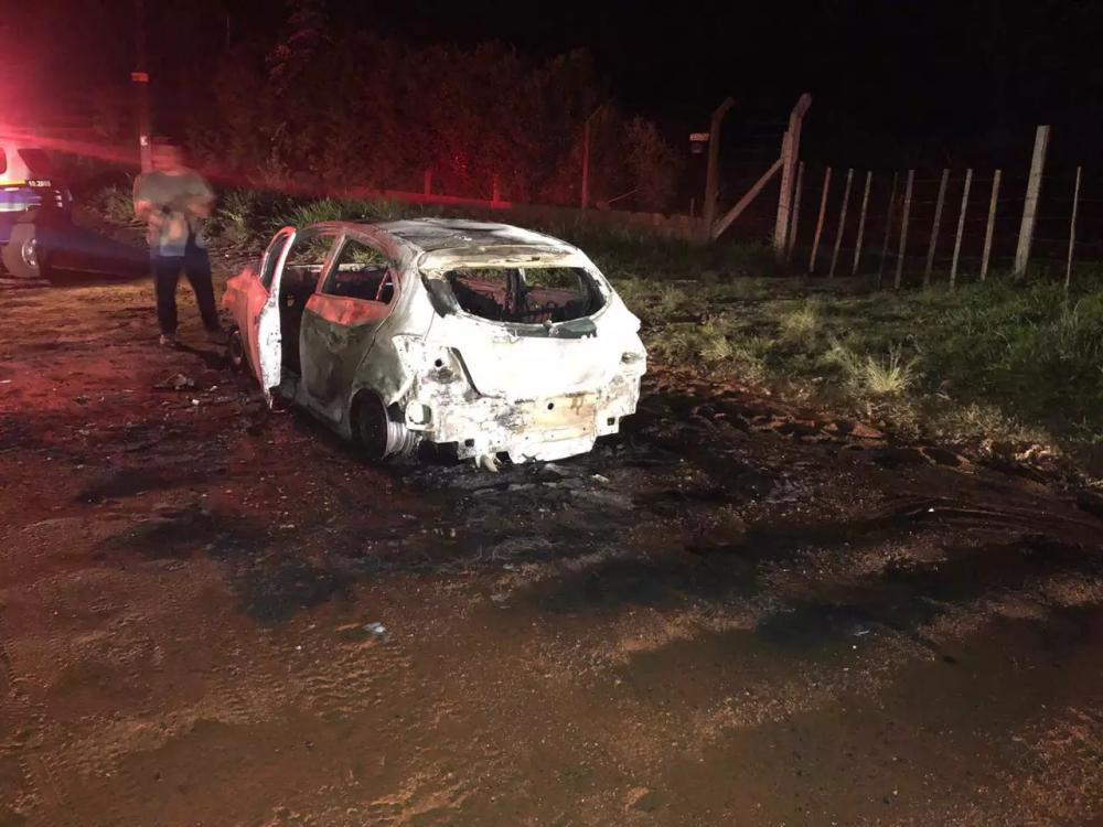 Carro foi localizado incendiado com um corpo dentro (Foto: Direto das Ruas)