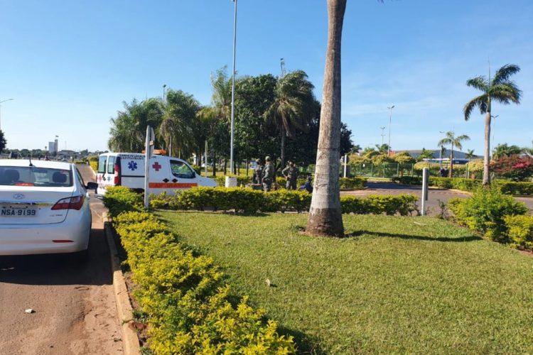 Ambulância volta para o lado paraguaio depois de deixar paciente em Ponta Porã.(Foto: Divulgação)