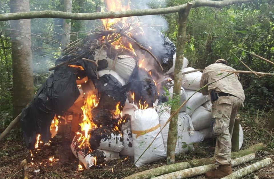 Agentes da Senad durante destruição de acampamentos na fronteira. Foto: Divulgação