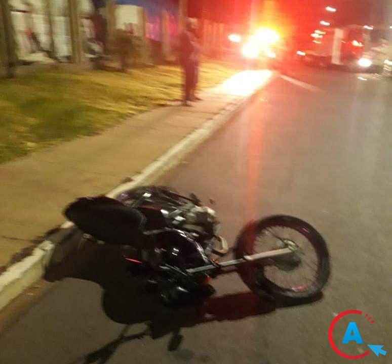 Vítima colidiu a moto na árvore (Foto: A Gazeta News)