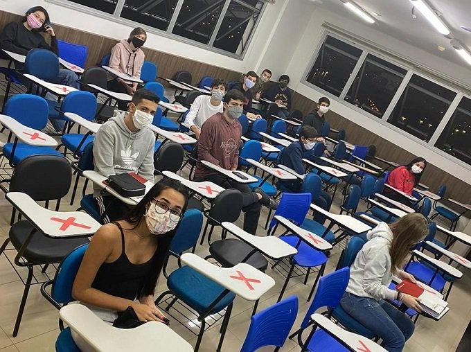 Na sala de aula, só entra com máscara e respeitando distanciamento (Imagem: reprodução)