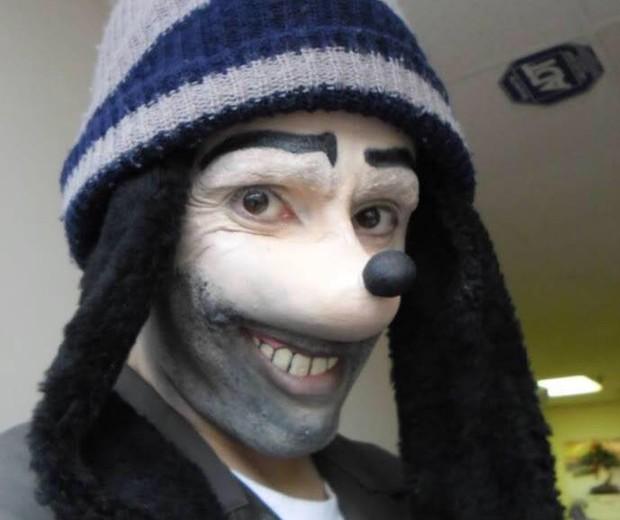 Perfis com fotos de 'Homem Pateta' têm assustado crianças com conteúdo de terror (Foto: Reprodução/Facebook)