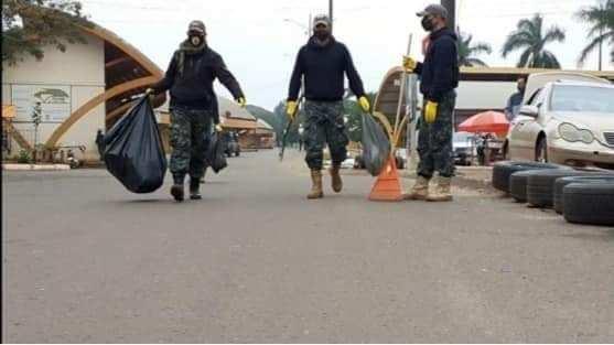 Soldados fazem a limpeza da divisa. (Foto: Redes sociais).