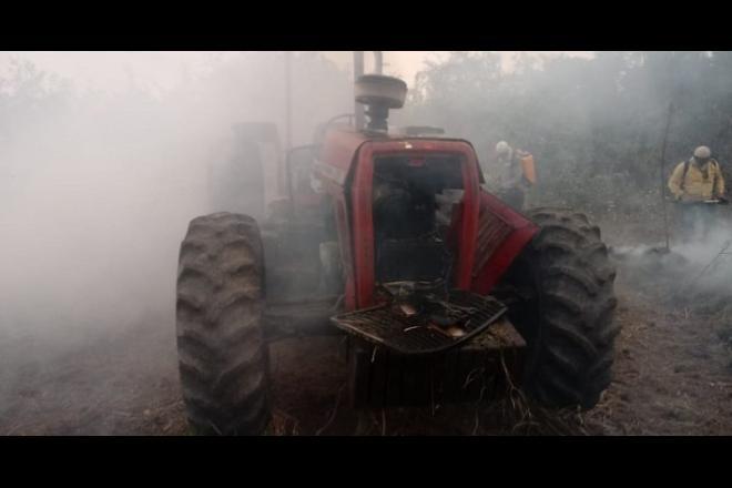 Maquinário pesado foi utilizado na região para combater as chamas - Reprodução