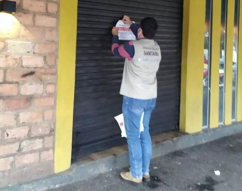Fiscal interdita bar na fronteira com o Paraguai (Foto: Direto das Ruas)