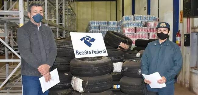 Momento da entrega da doação à comandante dao 4º BPM - Foto: Divulgação: (Receita Federal)