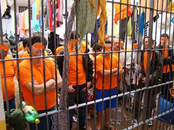 Presos em cela superlotada da unidade prisional. (Foto: Direto das Ruas)