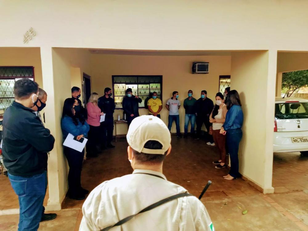 Reunião entre autoridades de saúde e fiscalização para orientar sobre o cumprimento das novas medidas estabelecidas em decreto (Foto: Divulgação/Prefeitura)