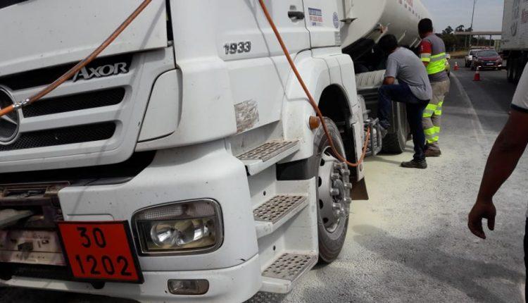 Uso de extintores evitou explosão de caminhão-tanque (Foto: Ranziel Oliveira)