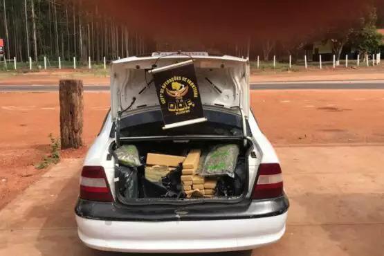 Tabletes da droga estavam no porta-malas do veículo.
