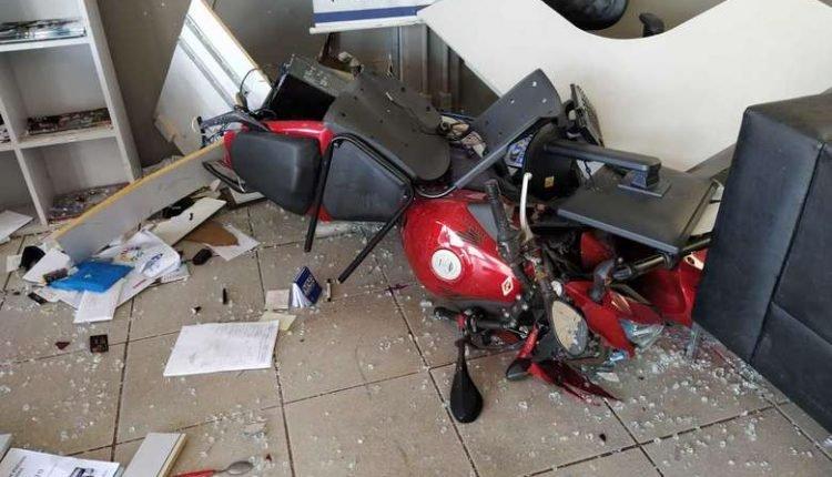 Condutor quebrou a vidraça e foi levado para o hospital em estado grave.(Foto: Redes sociais).