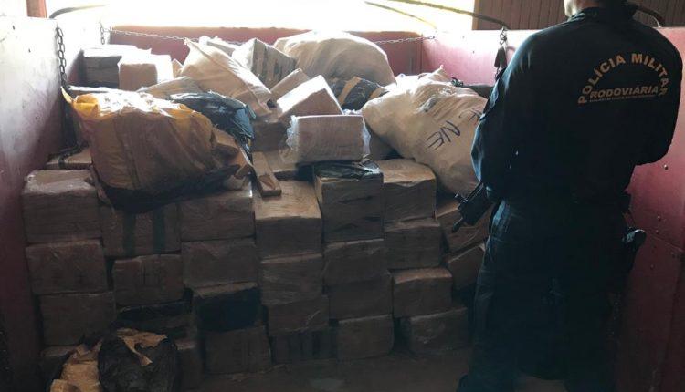 66 pacotes de skunk e 1kg de maconha foram encontrados no veículo. (Foto: Ilustrativa)