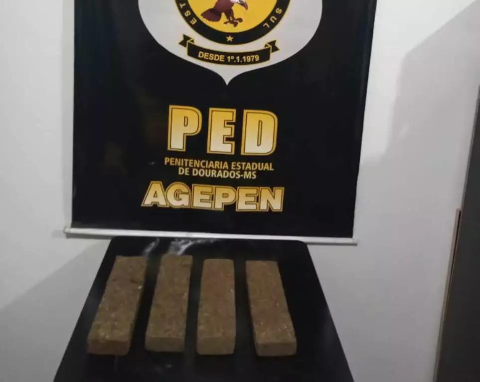 Tabletes de maconha jogados no pátio de penitenciária (Foto: Direto das Ruas)