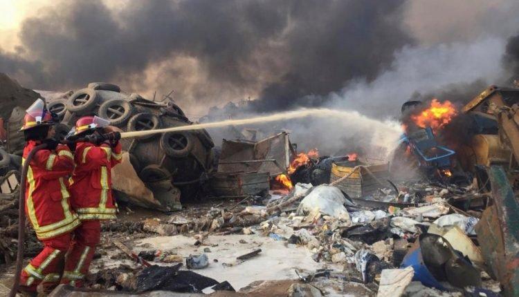 Bombeiros trabalham nos escombros feito pela forte explosão em Beirute. (Foto: Reuters)