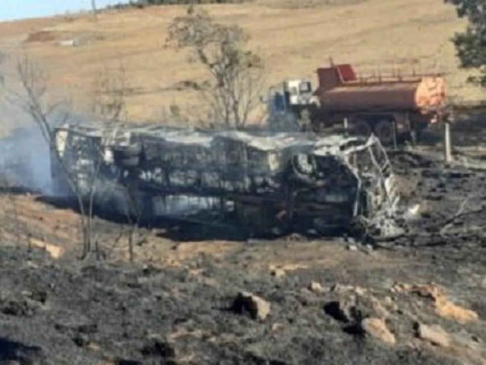 Ônibus pega fogo após colidir com caminhão canavieiro em MS — Foto: Corpo de Bombeiros/Divulgação