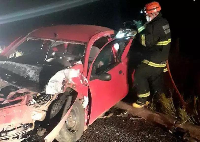 Carro Ford Ka vermelho ficou destruído em acidente que matou Antônio Marcos Zonatto (Imagem divulgada pelo site A Gazeta News)