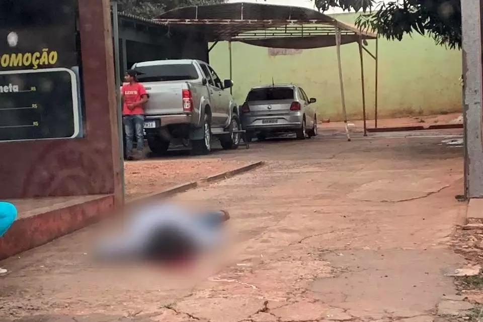 Homem foi morto na calçada de lava rápido (Foto: Direto das Ruas)