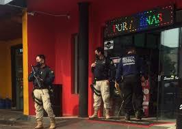 Policiais rodoviários federais e agente da Receita em loja de Ponta Porã (Foto: Direto das Ruas)