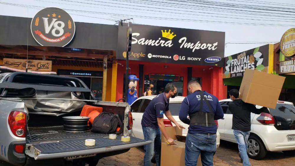 Fiscais da Receita durante operação hoje em Ponta Porã (Foto: Divulgação)