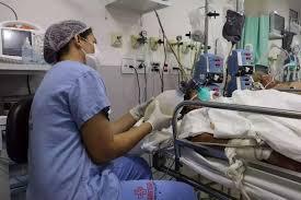 Uso de ambú, respirador manual, indica situação grave em relação à falta de leitos de UTI (Foto: Santa Casa/Divulgação)