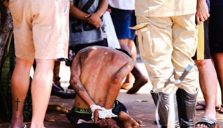 Homem foi detido por vizinhos e militares dos Bombeiros (Foto: Marcos Ermínio, Midiamax)