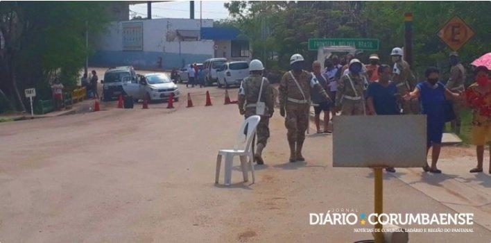 Alguns carros foram colocados na pista para impedir o tráfego - Imagem: Diário Corumbaense
