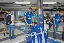 Atletas do Cruzeiro chegaram na Capital no mesmo voo que o adversário (Foto: Marcos Maluf)
