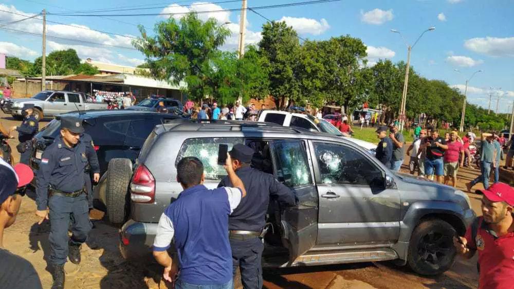 Policiais em volta da SUV da Toyota crivada de balas em Pedro Juan (Foto: Capitán Bado.com)
