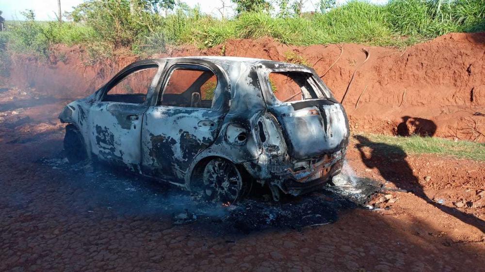 Toyota Etios queimado na zona rural de Pedro Juan Caballero (Foto: Marciano Candia/Última Hora)