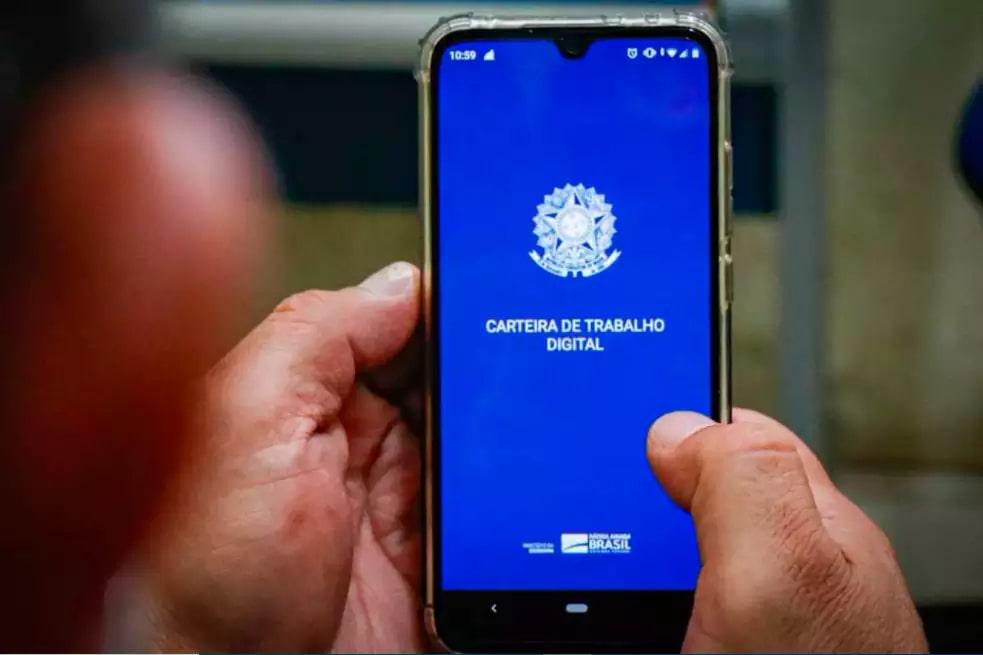 Homem acessa carteira de trabalho digital a espera por vaga na Capital (Foto: Henrique Kawaminami/Arquivo)