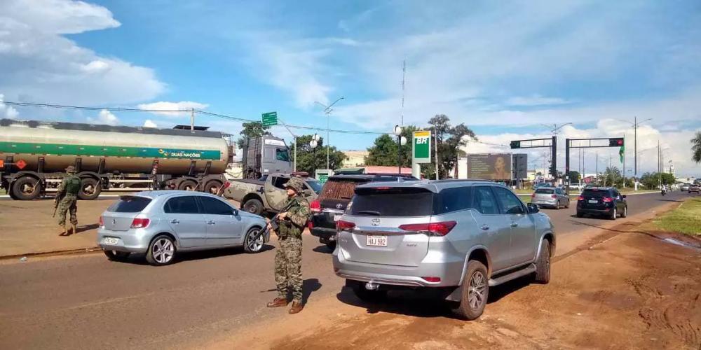 Policiais do Bope na barreira formada para abordagens aos veículos.