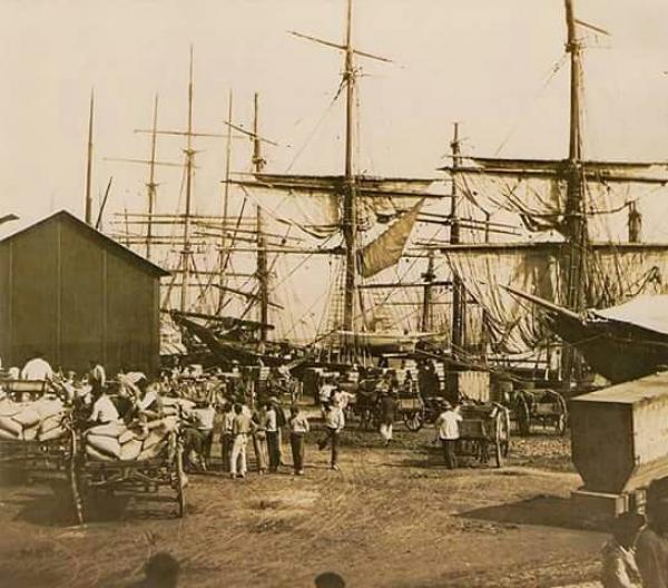 Português:Café sendo embarcado no porto de Santos, 1880. - Imagem publicada por: VASQUEZ, Pedro Karp. O Brasil na fotografia oitocentista. São Paulo: Metalivros, 2003.