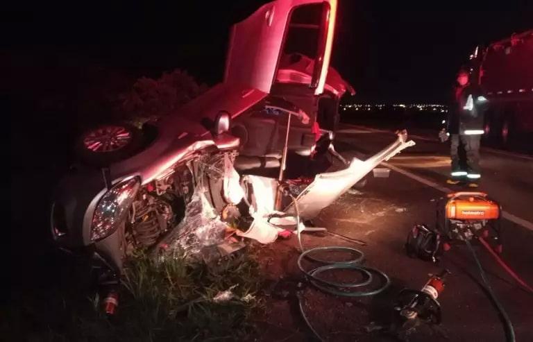 Carro de passeio ficou totalmente destruído (Foto: Alfredo Neto / JP News)