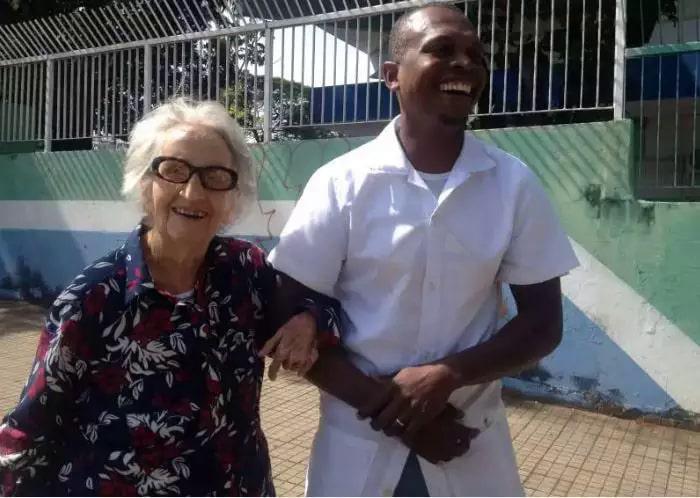 Dona Estela cehgando para votar em 2014, ano de falecimento de Manoel. (Foto: Arquivo Campo Grande News)